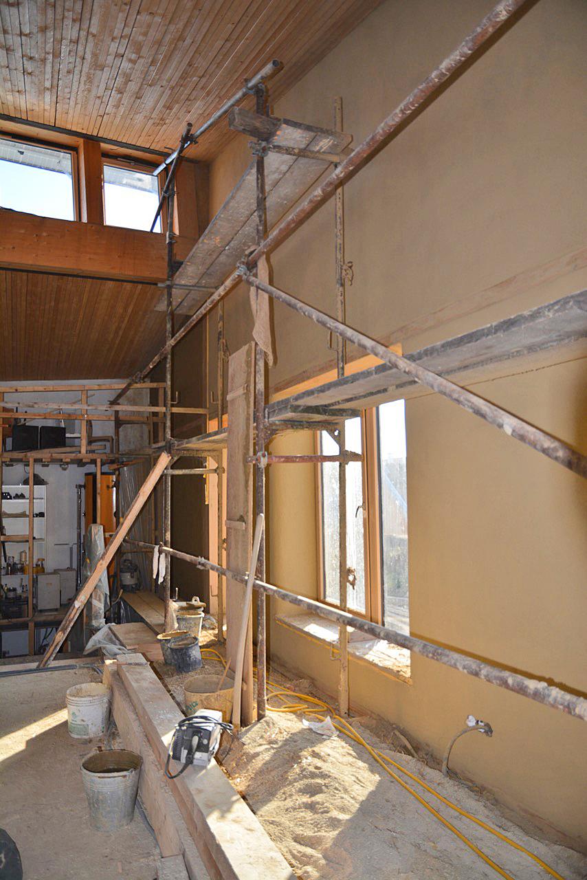 Lehmputz hergestellt großteils durch den Bauherrn, mit Unterstützung durch Lehmputz Proschinger.