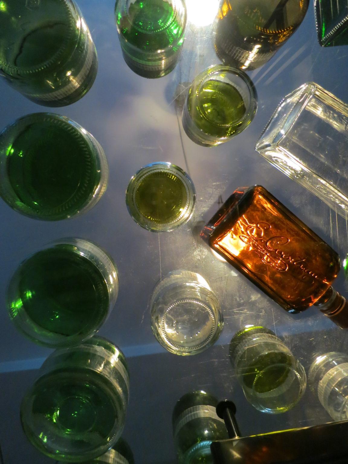 Flaschen-Bausteine aus Böden zusammengeklebt