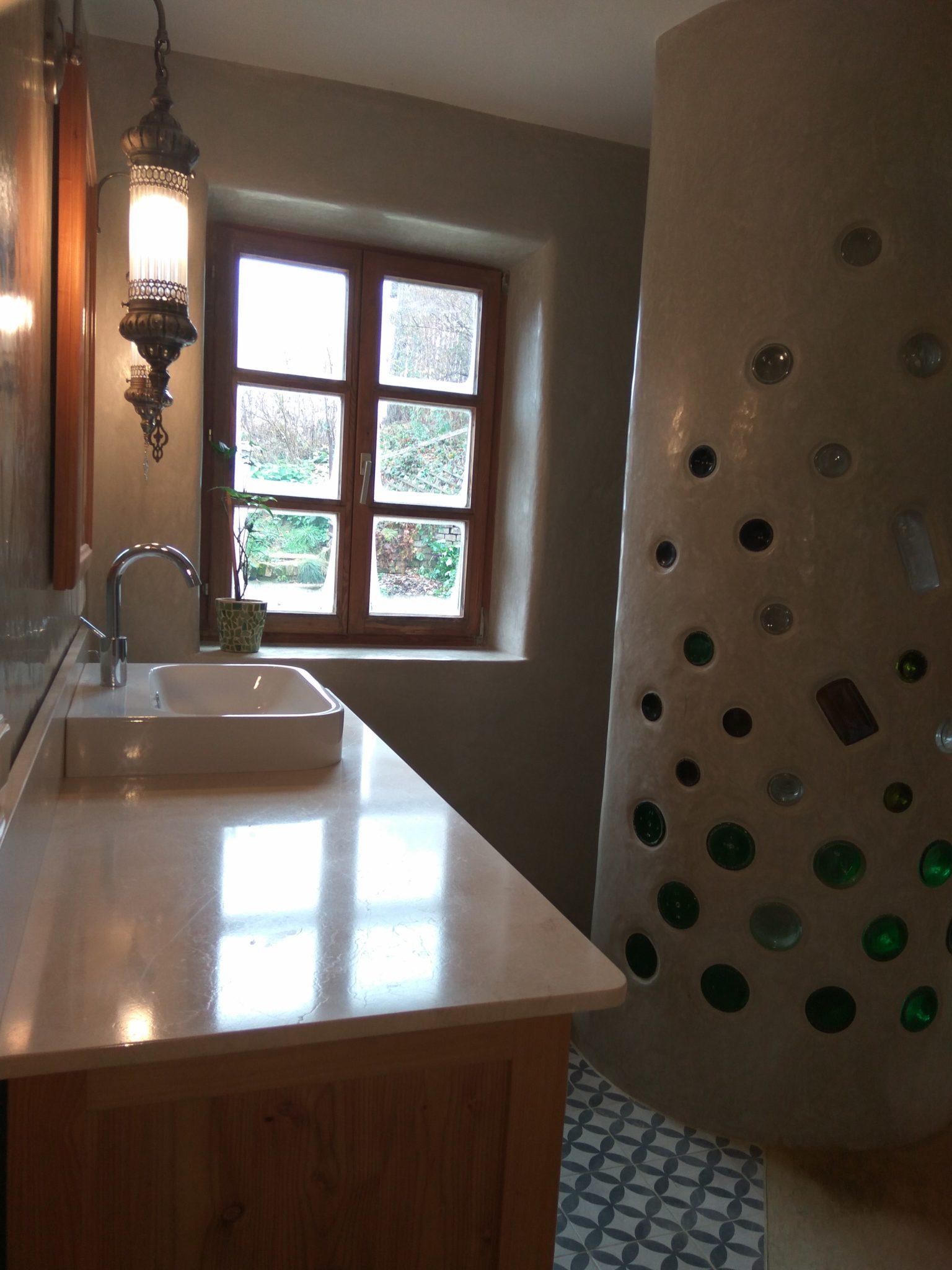 Niedersulz Tadelakt Flaschenwand Waschtisch und Dusche