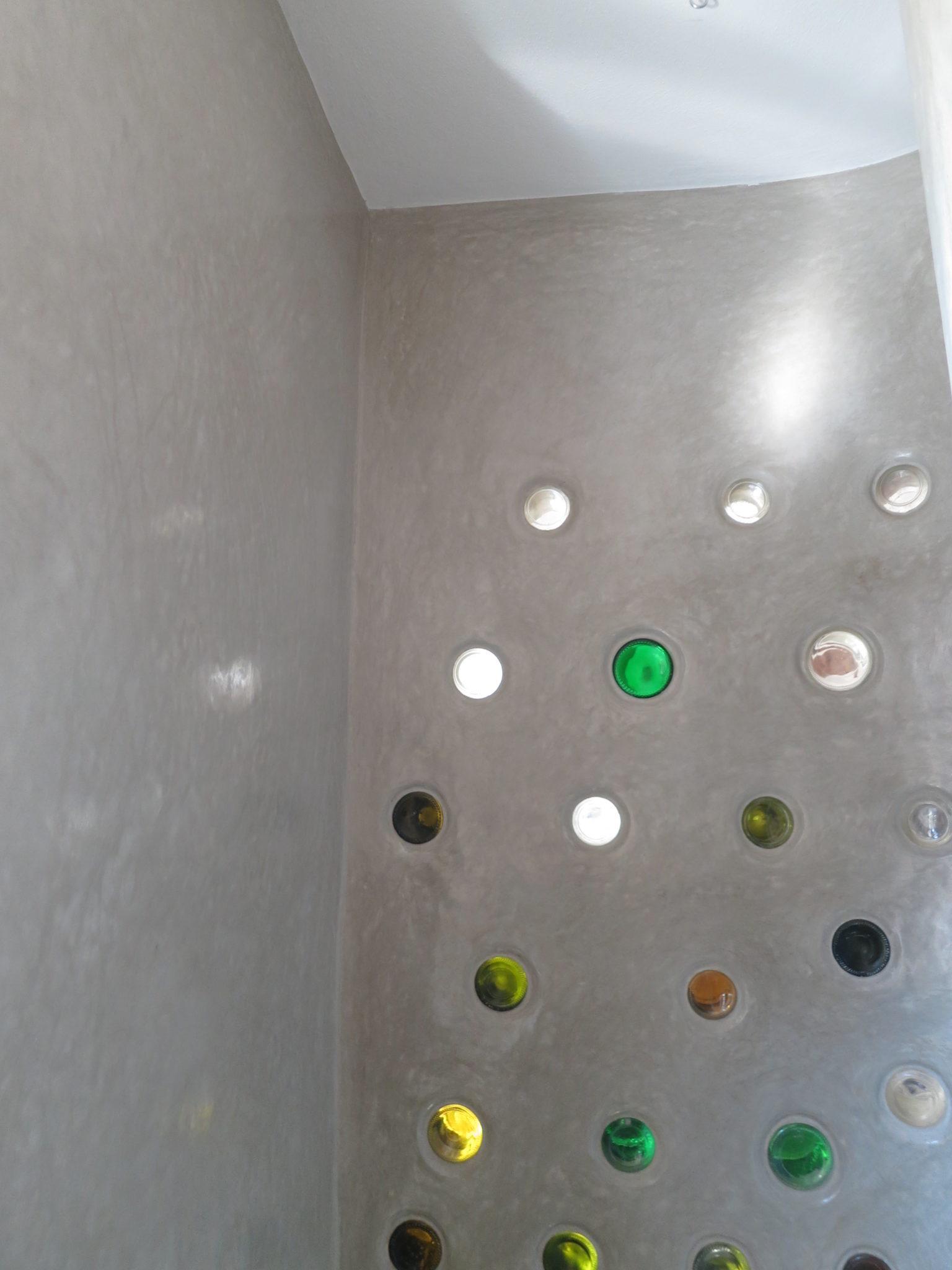 Niedersulz Tadelakt Flaschenwand Dusche Decke